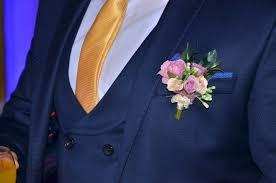mężczyzna w garniturze ślubnym